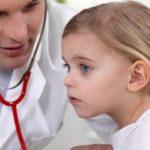 пульмонолог слушает девочку