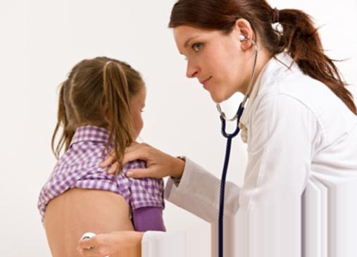 Пульмонолог ведет осмотр ребенка
